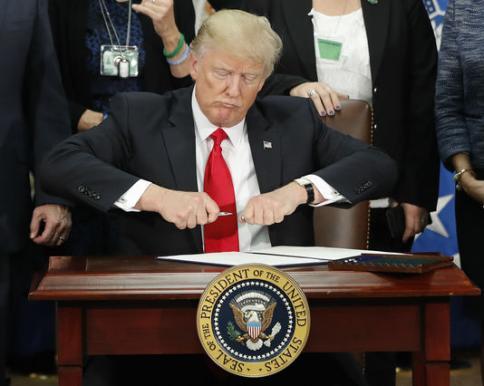 Donald Trump signant un décret